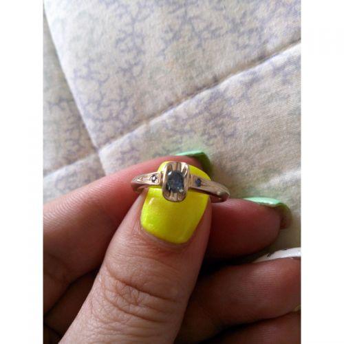 кольцо с тремя камнями по центру и боковыми с сапфирами в белом золоте