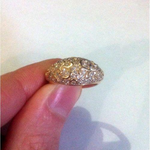 широкое кольцо с маленькими камнями в красном золоте в руке