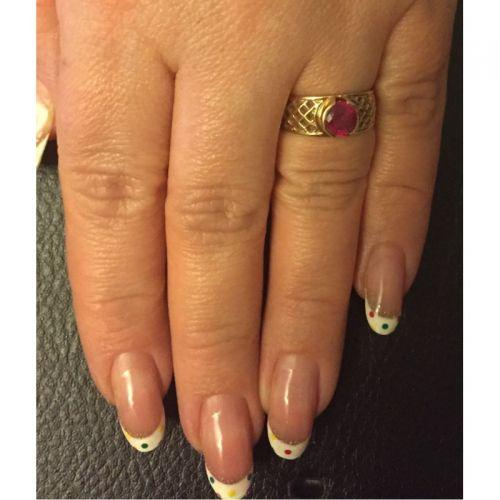 кольцо в сеточку с камнем на пальце с корундом