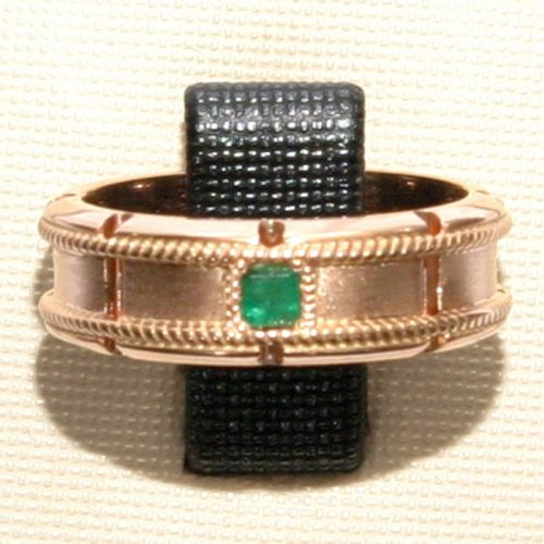 обручальное кольцо с веночками матированное в красном золоте с изумрудом