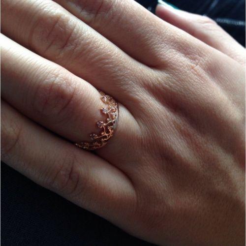 кольцо корона в красном золоте на пальце