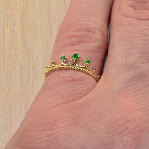 недорогое кольцо корона с изумрудами на пальце