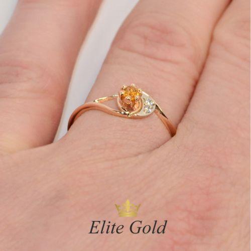 женское кольцо с камнями с цитрином на пальце
