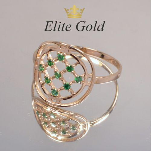 кольцо в сеточку с зелеными камнями