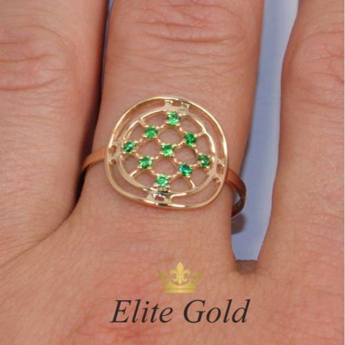 кольцо в сеточку с камнями на пальце