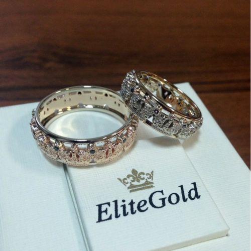 обручальные кольца с коронами в красном и белом золоте и синими камнями