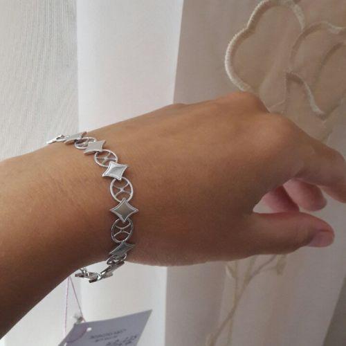 женский гибкий браслет с ромбами на руке