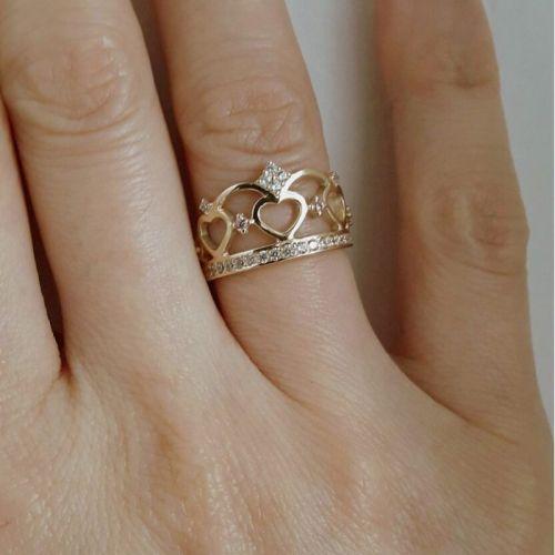 кольцо корона в лимонном золоте с белыми камнями на пальце