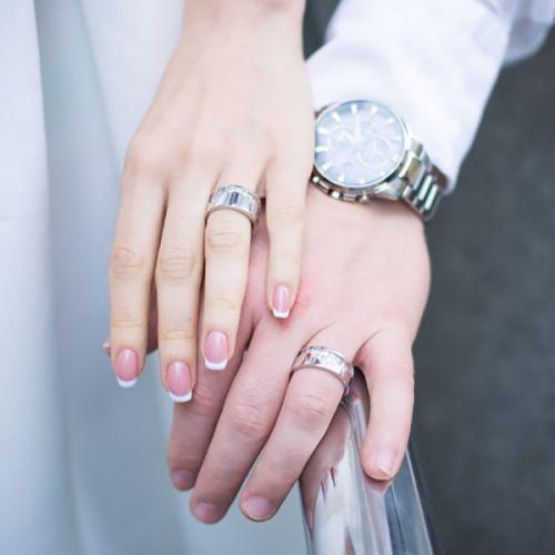 обручальные кольца с рисунком горы в белом золоте на пальце