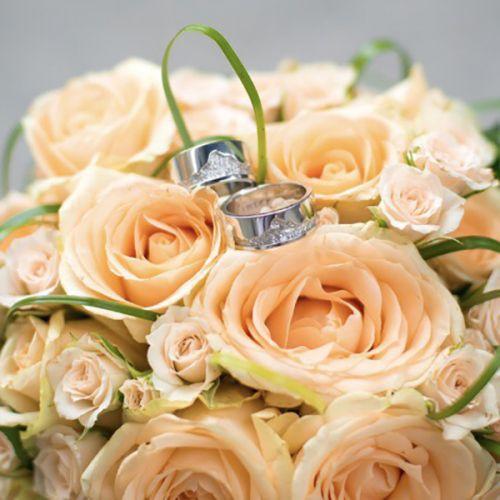 обручальные кольца с рисунком горы в белом золоте в декоре