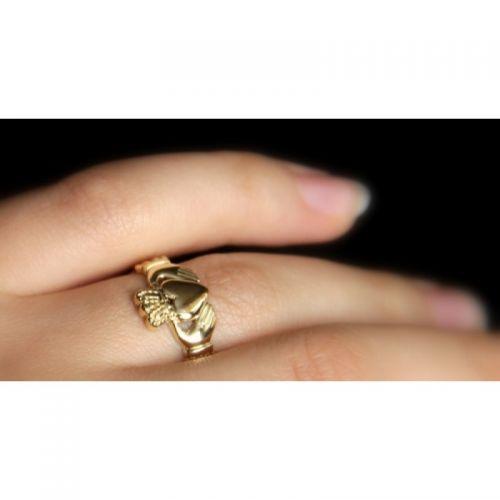 кладдахское ирландское кольцо без камней с плетением на пальце