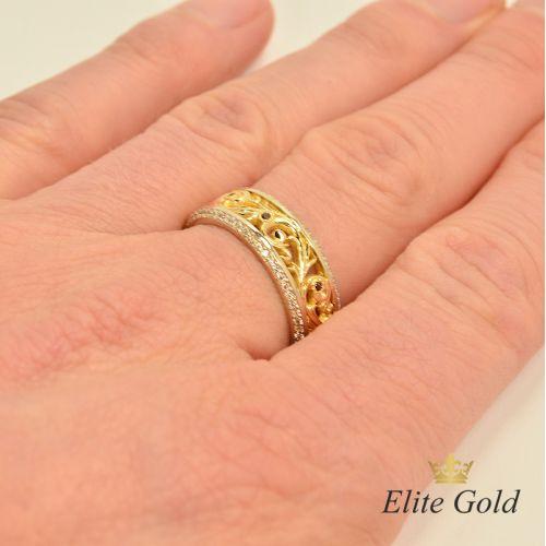 женское обручальное кольцо в белом и лимонном золоте с гранатами на пальце