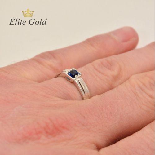 мужское кольцо с камнем на руке