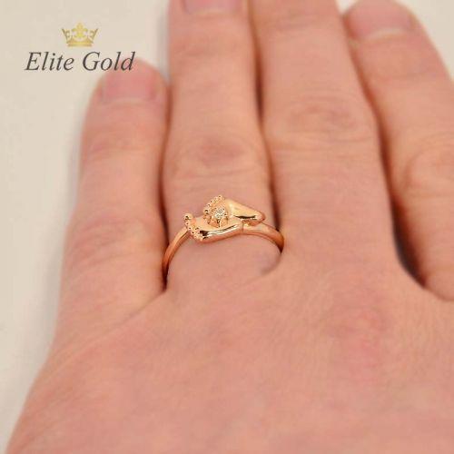 кольцо в виде пяточек на руке