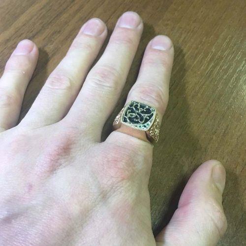 перстень с ониксом на руке