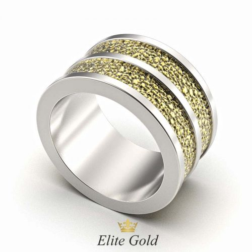 широкое рельефное обручальное кольцо в белом и лимонном золоте