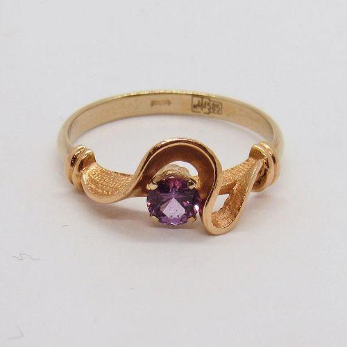 кольцо в 2 цветах золота с фиолетовой шпинелью