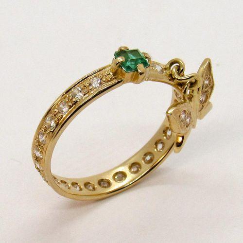 кольцо в лимонном золоте с гидротермальным изумрудом и белыми фианитами
