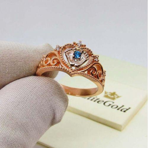 кольцо в виде сердечка с пяточками в центре, в красном и белом золоте