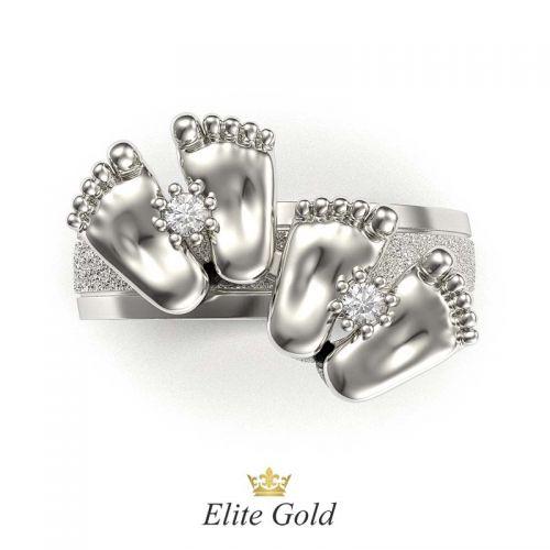 кольцо с пяточками в белом золоте с матовыми вставками по ободку