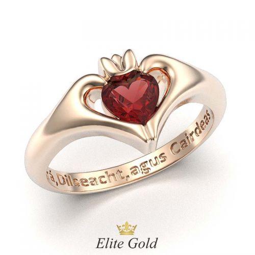 кольцо Keira с красным камнем в красном золоте с гравировкой