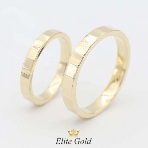 тонкие обручальные кольца с гранями в лимонном золоте 585