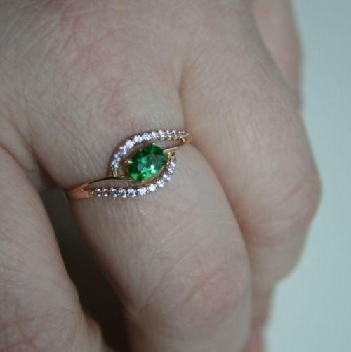 женское дизайнерское кольцо с овальным камнем на пальце