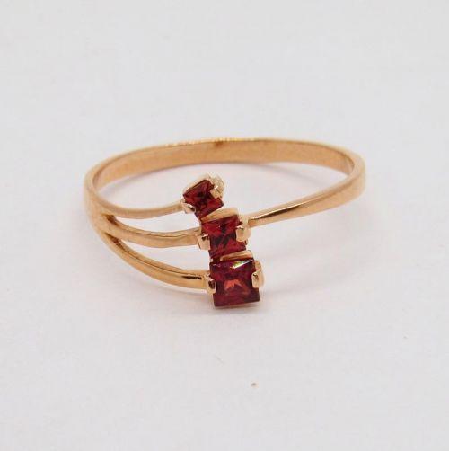 кольцо с гранатами в красном золоте