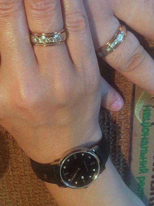 Обручальные кольца 1013/2,25 с бортами с пластиной посередине на руке