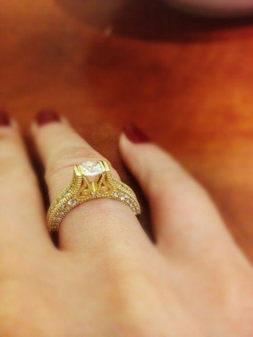 кольцо женское с узорами в лимонном золоте на пальце