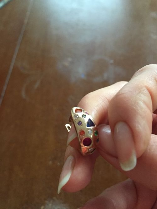 серьги бочонки с камнями в руке